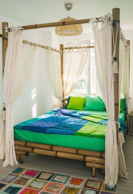 Texturi naturale de bambus, intr-o amenajare UGinteriors pentru un apartament din centrul orasului Bucuresti