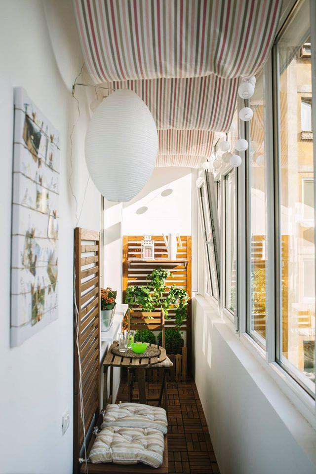 """Materialul textil cu dungi pe care l-am propus pentru tavan amplifica vizual spatiul, iar modul de montare a acestuia, in """"valuri"""", este o aluzie la terasele de la malul marii"""