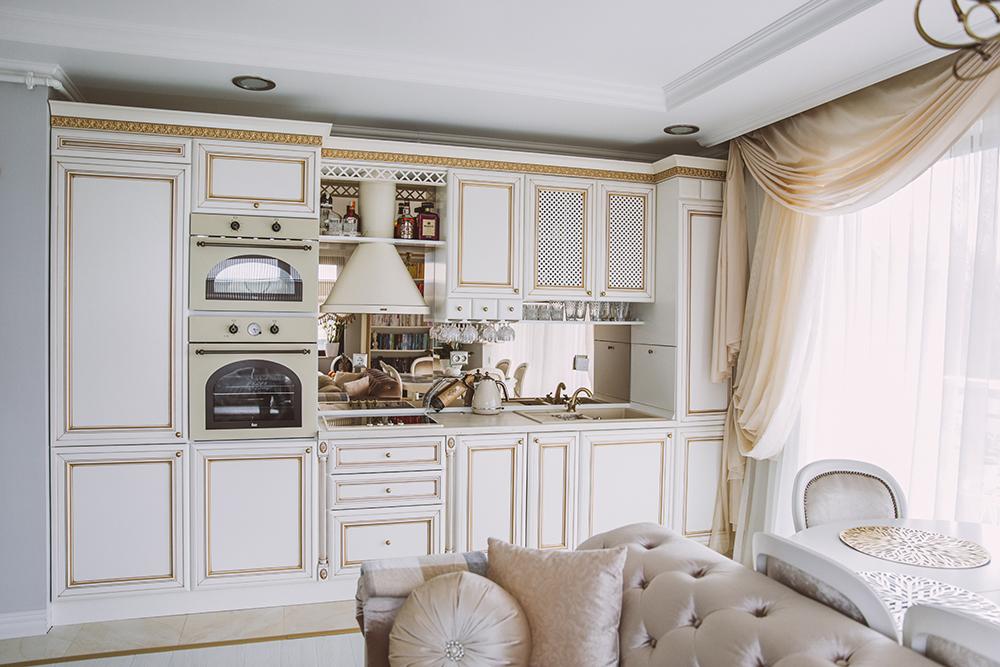 Spoturi incastrate in tavan pun in valoare mobilierul de bucatarie clasic din aceasta amenajare